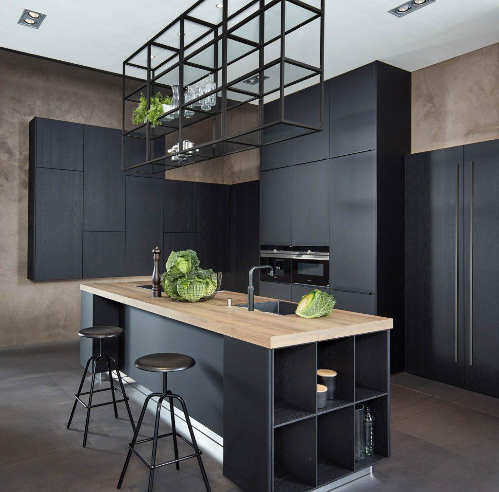 Zwart matte keuken met stalen accenten