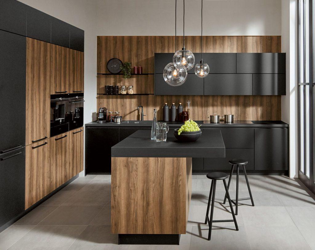 KüchenTreff matzwarte keuken met walnoot
